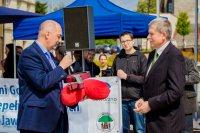 Prezydent Jaworzna podczas symbolicznego przekazanie kluczy do bram miasta.