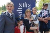 Sierżant Śliwińska w trakcie zabawy z dziećmi