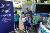 Wspólne zdjęcie komisarza Obarskiego z dziećmi