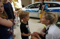 Sierżant sztabowy Monika Śliwińska w trakcie zabawy z dziećmi
