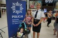 Zdjęcie matki z dzieckiem z policjantką
