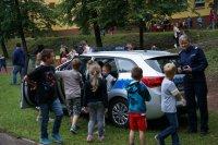Sierżant Monika Śliwińska w trakcie zabawy z dziećmi
