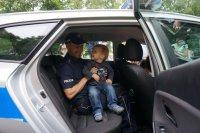 Sierżant Damian Dymanus prezentuje radiowóz chłopcu