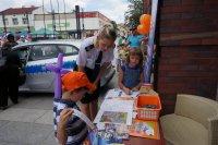 Sierżant Monika Śliwińska w trakcie zabawy związanej z bezpieczeństwem dzieci na drodze
