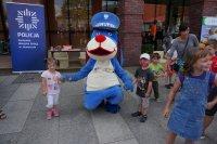 Sznupek uczestniczący w zabawie z dziećmi