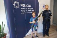 Uczeń trzymający strzelbę w ręku